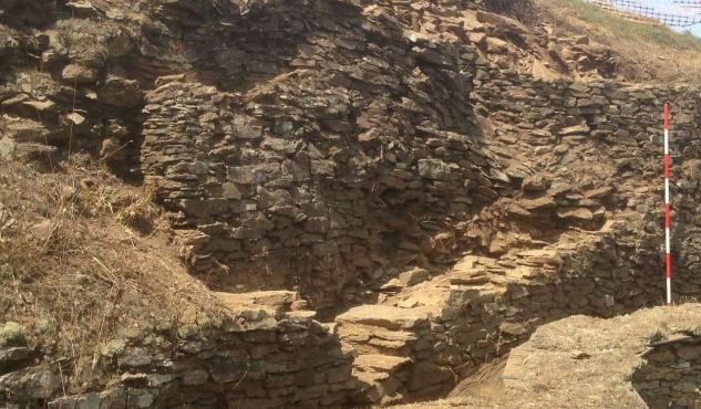 Descúbrese una escaleira no acceso a muralla de Viladonga